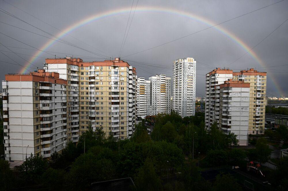 قوس قزح فوق المباني السكنية في حي ميتينو في موسكو