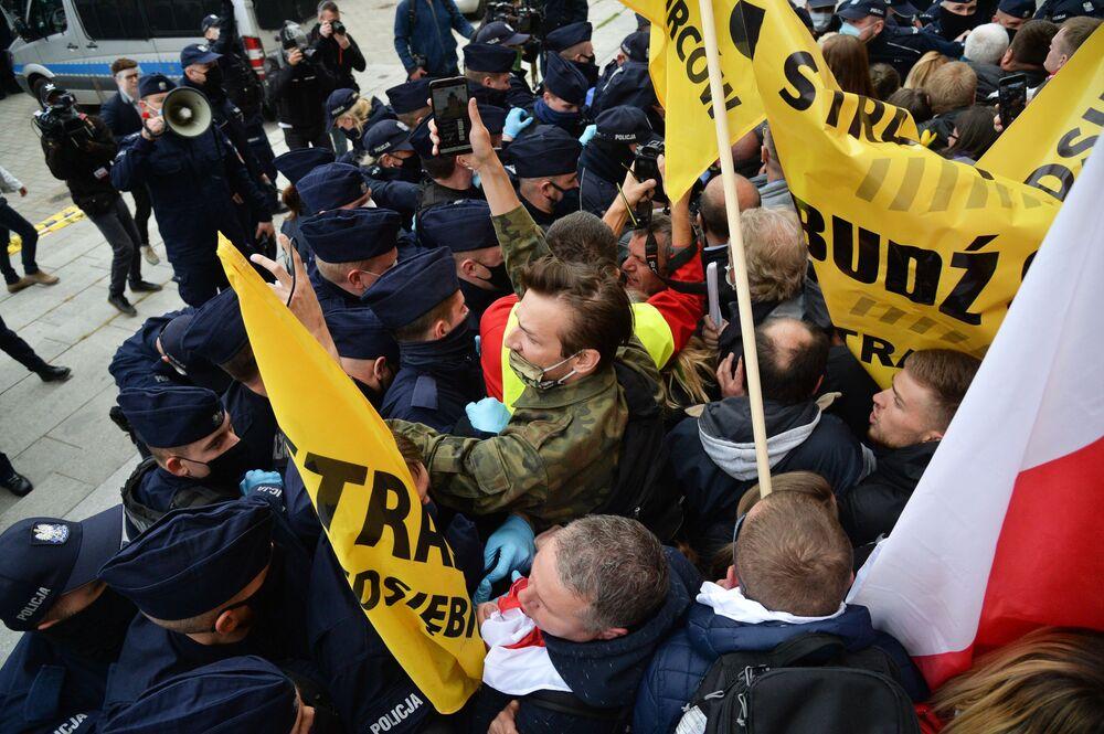 اشتباكات بين المتظاهرين والشرطة في واسو ضد إجراءات الحجر الصحي التي فرضت على السكان بسبب المرض الفيروس كوفيد-19، بولندا 16 مايو 2020