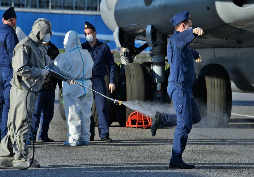 تعقيم أفراد الفريق الطبي العسكري بعد وصولهم من إيطاليا إلى روسيا، 15 مايو 2020