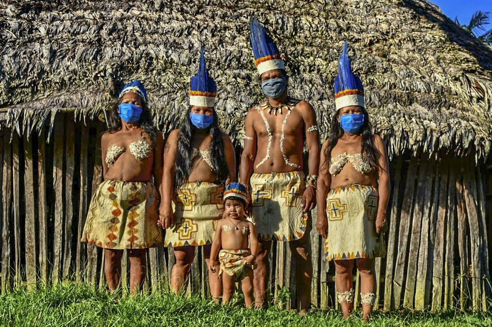 سكان كولومبيا الأصليون  قبائل هويتوتو يرتدون أقنعة كمامات، وسط مخاوف من فيروس كورونا، في ليتيسيا، منطقة الأمازون، كولومبيا 20 مايو 2020.