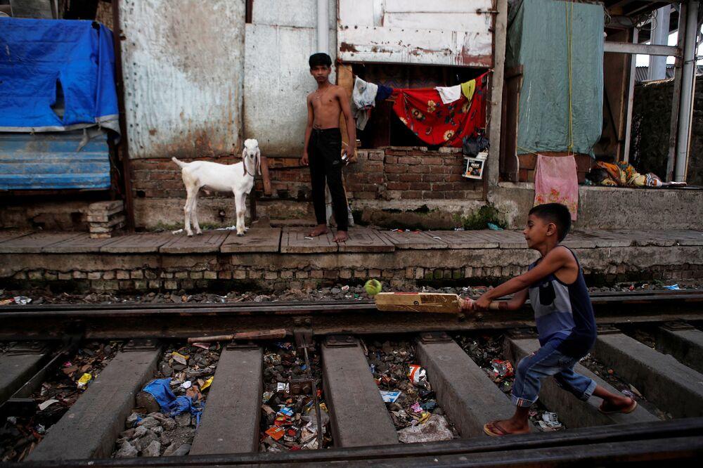 صبي يلعب الكريكيت على خط سكة حديد مهجور خلال فترة الإغلاق العام الممتدة على مستوى الدولة لإبطاء انتشار مرض الفيروس التاجي (كوفيد-19) في مومباي، الهند، 19 مايو 2020.