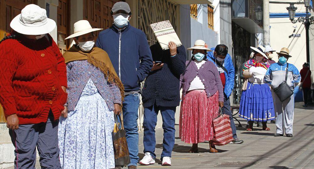 الناس في مدينة بونو الأنديز، بالقرب من الحدود مع بوليفيا، يقفون في طابور خارج مؤسسة مديرية صناديق المعاشات التقاعدية لطلب معلومات واستفسار حول سحب ما يصل إلى 1،080 دولارًا أمريكيًا بالعملة الوطنية من حسابات التقاعد الخاصة بهم للتخفيف من الأزمة الناجمة عن الإغلاق العام والمعمول به لمدة شهرين لمكافحة الفيروس كورونا، 19 مايو 2020.