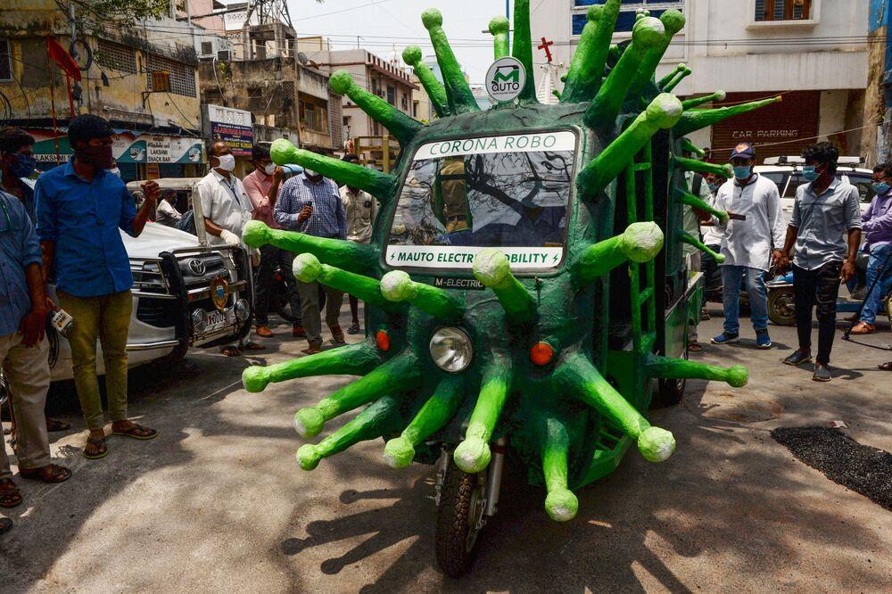عامل بالبلدية يقود عربة أوتوماتيكية مستوحاة من فيروس كورونا في شارع بمنطقة سكنية بعد تخفبف الحكومة من الإغلاق العام في البلاد كإجراء وقائي لمنع انتشار الفيروس في تشيناي، الهند 20 مايو 2020.