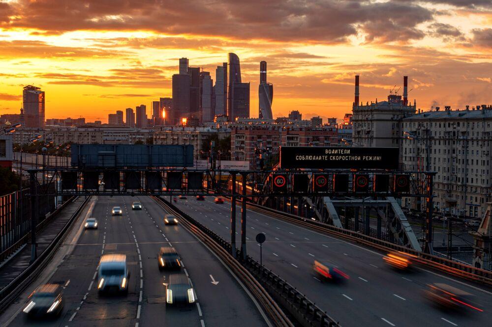 ترى حركة السيارات في خط النقل الثالث في موسكو، بعد تخفيف اجراءات التنقل للعاملين في قطاع البناء والإنتاج والمصانع، 16 مايو 2020