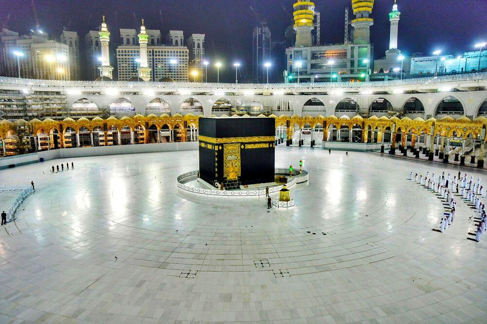يصلي المسلمون أثناء ليلة القدر، مطبقين لقاعدة  التباعد الاجتماعي، بعد تفشي مرض الفيروس التاجي (كوفيد-19) الذي يسببه كورونا، خلال شهر رمضان في المسجد الحرام في مكة، المملكة العربية السعودية 19 مايو 2020