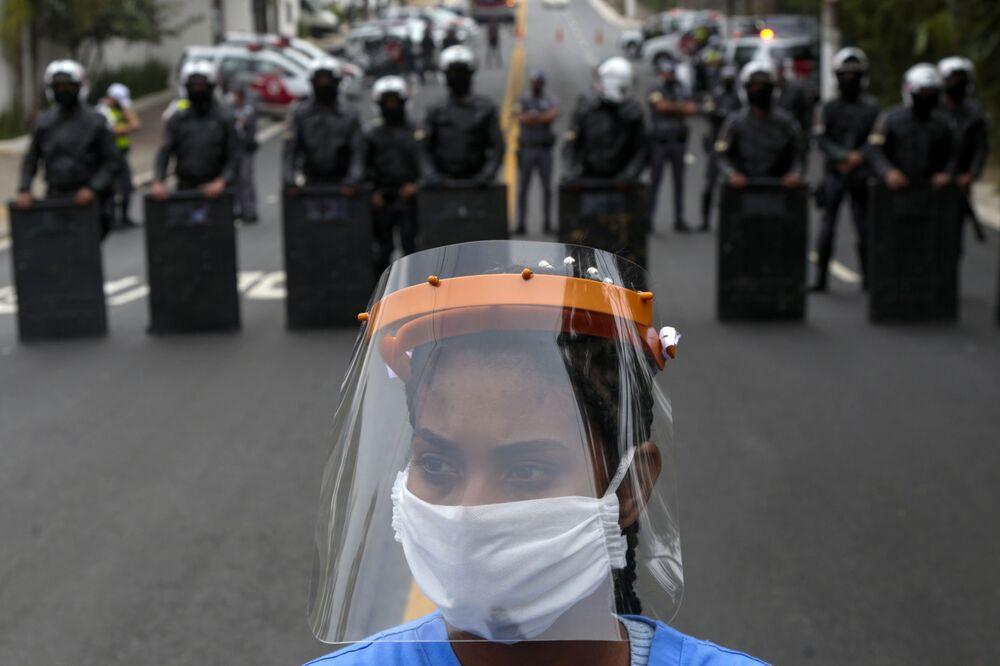 أحد سكان بارايسوبوليس، أحد أكبر الأحياء الفقيرة في مدينة ساو باولو، أقناء الاحتجاجات في البرازيل 18 مايو 2020، للمطالبة بمزيد من المساعدات من حكومة ولاية ساو باولو خلال جائحة فيروس كورونا.