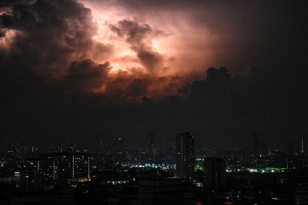 عاصفة رعدية في سماء مانيلا، الفلبين 20 مايو 2020