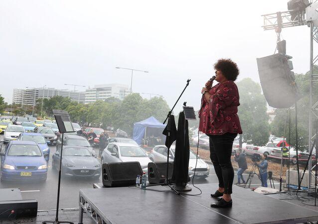 المغنية وكاتبة الأغاني كيسي دونوفان عرضا موسيقيا مجانيا لجمهور السيارات