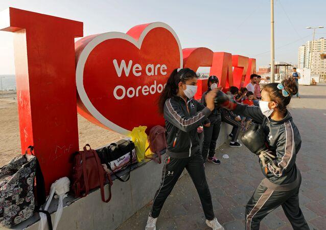 فريق ملاكمات غزة الصغيرات يلجأ إلى الشاطئ للتدرب بعد إغلاق الصالات الرياضية