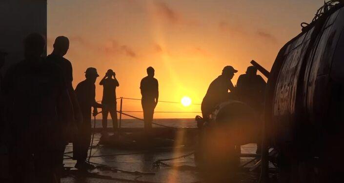 إنزال غواصة الأعماق الروسية فيتياز - دي المسيرة في خندق ماريانا، التابعة لأسطول المحيط الهادئ، فلاديفوستوك، روسيا 9 مايو 2020