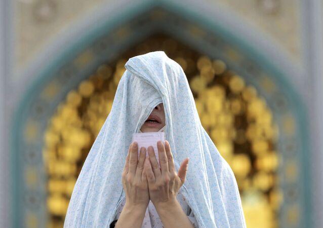 صلاة عيد الفطر خارج مسجد في طهران، حيث تبقى المساجد مغلقة بسبب انتشار كورونا في إيران 24 مايو 2020