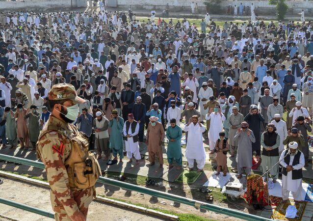 صلاة عيد الفطر في الهواء الطلق في مدينة كويتا، حيث تبقى المساجد مغلقة بسبب انتشار كورونا في باكستان 24 مايو 2020