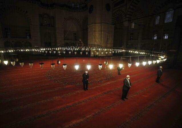 صلاة عيد الفطر في مسجد السُليمانية في اسطنبول، حيث تبقى المساجد مغلقة بسبب انتشار كورونا في تركيا 24 مايو 2020