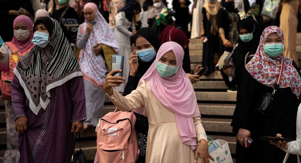 احتفال المسلمين بعيد الفطر بعد انتهاء صلاة العيد في بانكوك، حيث تبقى المساجد مغلقة بسبب انتشار كورونا في تايلاند 24 مايو 2020