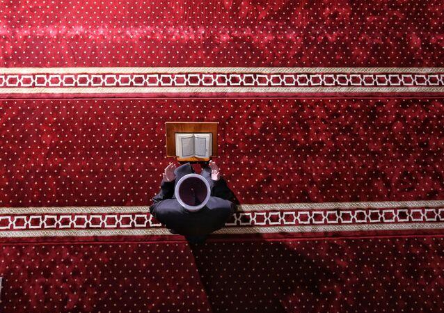 إمام مسجد يقيم صلاة عيد الفطر في مسجد هادزي هوريم في مدينة نوفي بازار، حيث تبقى المساجد مغلقة أمام المصلين بسبب انتشار كورونا في صربيا 24 مايو 2020