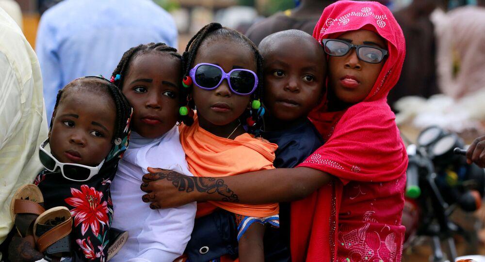 أطفال يركبون دراجة نارية في نوع من الاحتفال في شوارع نيج ناساراوا بعد انتهاء صلاة عيد الفطر، حيث تبقى المساجد مغلقة أمام المصلين بسبب انتشار فيروس كورونا في نيجيريا 24 مايو 2020