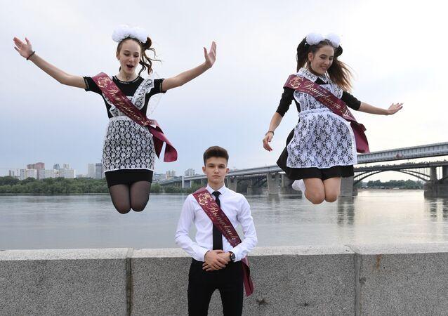 خريجو الثانوية العامة خلال الاحتفال بـ الجرس الأخير في مدينة نوفوسيبيرسك، روسيا 25 مايو 2020