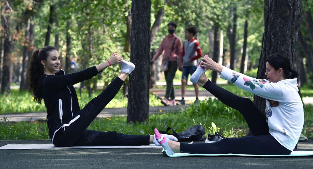 تخفيف قيود الحجر الصحي المفروضة بسبب جائحة كورونا و السماح بممارسة الرياضة في الهواء الطلق في نوفوسيبيرسك، روسيا 22 مايو 2020