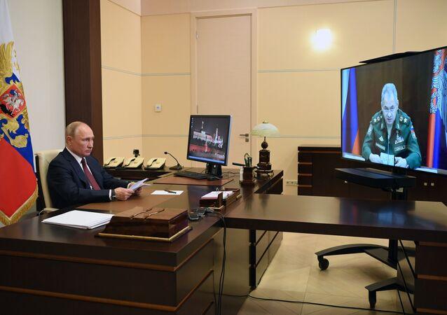 الرئيس الروسي فلاديمير بوتين ووزير الدفاع سيرغي شويغو