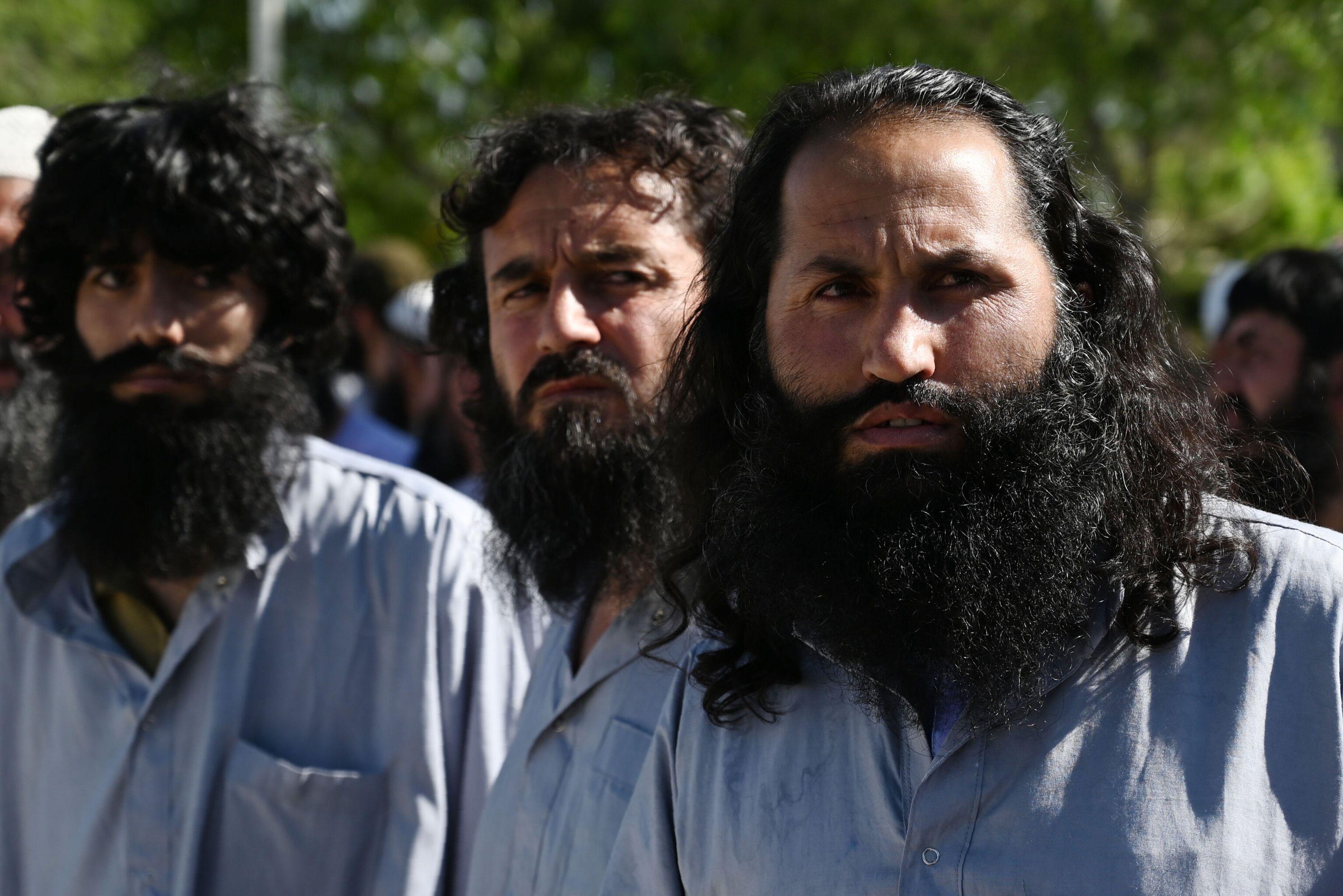 سجناء طالبان الأفغان في سجن باغرام ، حيث تعتزم السلطات الأفغانية إطلاق سراح ما يصل إلى 2000 سجين من طالبان ، أفغانستان ، 26 مايو ، 2020