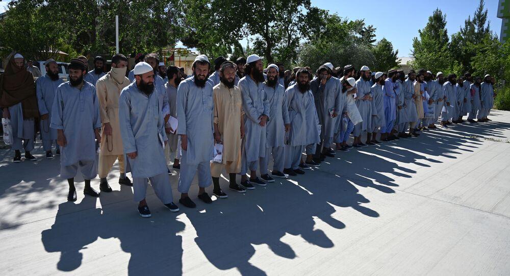 سجناء من حركة طالبان الأفغانية في سجن باغرام، حيث تعزم السلطات الأفغانية إطلاق سراح ما يصل إلى 2000 سجين من طالبان، أفغانستان 26 مايو 2020