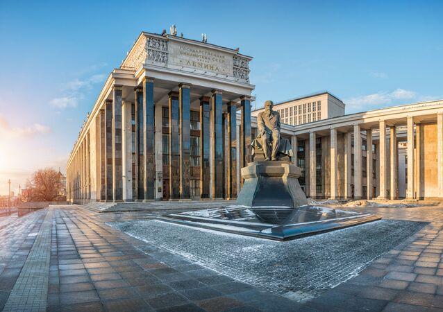 تمثال للكاتب الروائي الروسي الشهير دوستويفسكي أمام مكتبة لينين وسط العاصمة موسكو
