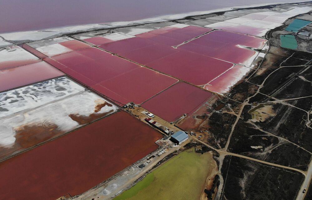 برك الملح بجوار بحيرة ساسيك-سيفاش بالقرب من مدينة يفباتوريا، شبه جزيرة القرم، روسيا