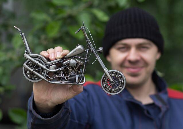 الحرفي الروسي ستانيسلاف تشيرنوفاسيلينكو يعرض نسخة مصغرة من دراجة نارية  من طراز هارلي ديفيدسون إيزي رايدر مستوحاة من فيلم كابتن أمريكا