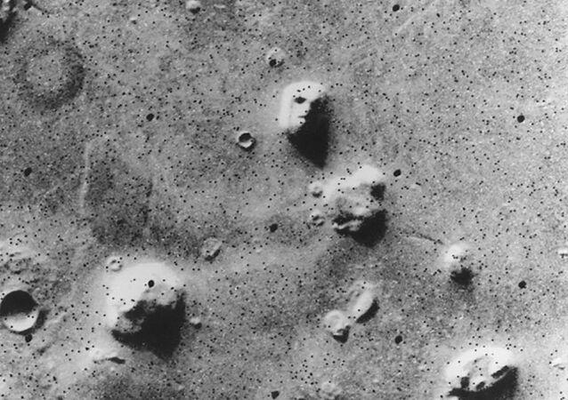 الصورة الشهيرة الوجه (The Face) - التقطتها المركبة الفضائية فايكينغ 1، وهي كانت أول مركبة فضائية أرسلت إلى المريخ كجزء من برنامج فايكينغ لوكالة الفضاء الأمريكية ناسا في 25 يوليو/ تموز 1976