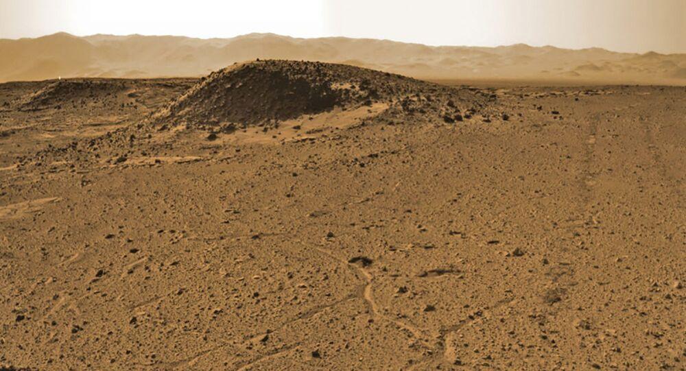 صورة مسح لمنطقة كيمبرلي (Kimberley)، التي أقارت فضول العلماء لصخورها المريخية عند محاولة البحث عن موقع للحفر. الصورة تابع لموقع Sol 589 على كوكب المريخ. 3 أبريل/ نيسان 2014