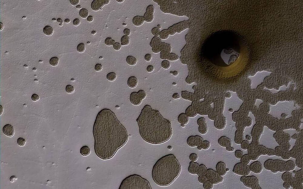 المركبة المدارية لاستكشاف المريخ مارس ريكونيسانس أوربيتر (Mars Reconnaissance Orbiter) التابعة لوكالة ناسا، التقطت صورة لمنطقة تشبه سطح الجبن السويسرية (Swiss cheese terrain) عام 2017