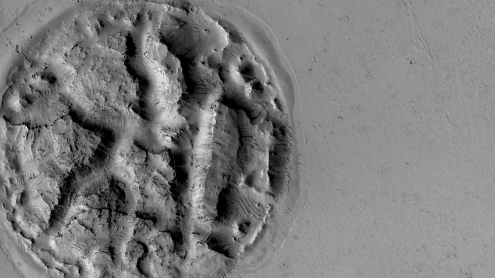 صورة التضاريس الغامضة (enigmatic landform) التطقتها المركبة الفضائية مارس ريكونيسانس أوربيتر المادرية لاستكشاف المربخ (Mars Reconnaissance Orbiter)