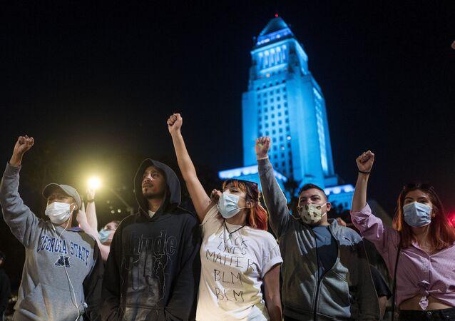 احتجاجات في أمريكا على مقتل مواطن تحت ركبة شرطي