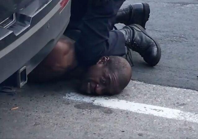 احتجاجات واسعة على مقتل شاب (جورج فلويد) تحت ركبة شرطي أمريكي في مدينة منيابولس، ولاية مينيسوتا، الولايات المتحدة 27 مايو 2020