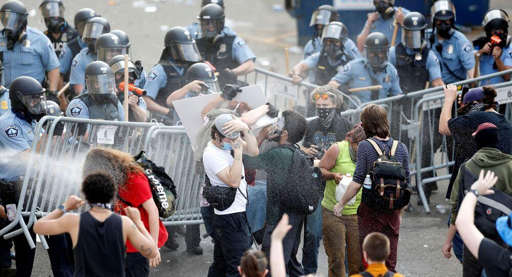 احتجاجات واسعة على مقتل شاب تحت ركبة شرطي أمريكي في مدينة منيابولس، ولاية مينيسوتا، الولايات المتحدة 27 مايو 2020