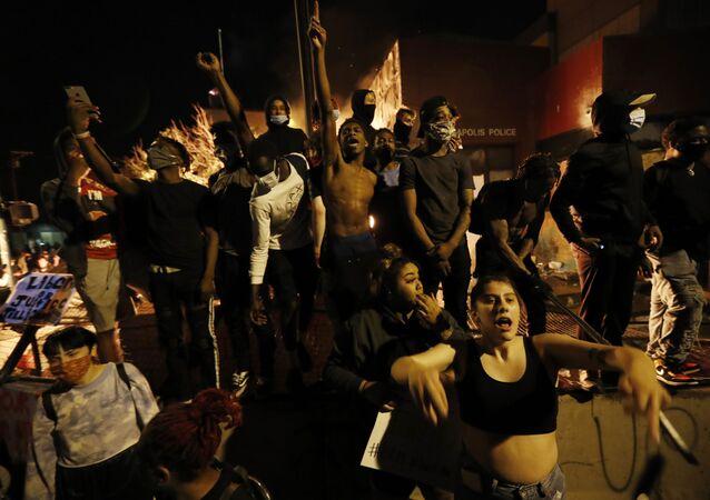 احتجاجات واسعة على مقتل شاب تحت ركبة شرطي أمريكي في مدينة منيابولس، ولاية مينيسوتا، الولايات المتحدة 28 مايو 2020