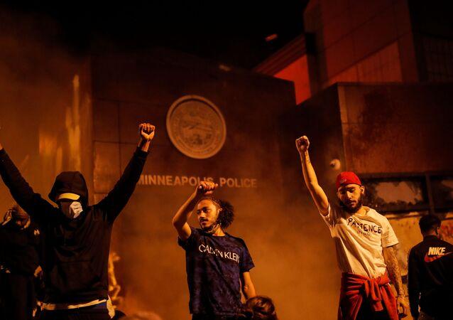 إحراق مركز الشرطة خلال احتجاجات واسعة على مقتل شاب تحت ركبة شرطي أمريكي في مدينة منيابولس، ولاية مينيسوتا، الولايات المتحدة 28 مايو 2020