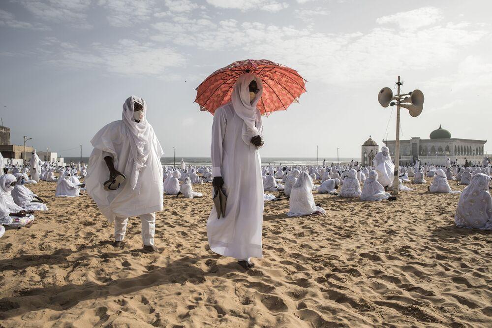 أنصار جماعة لاين يغادرون الشاطئ من أمام مسجد يوف لاين، في إطار فعالية مكرسة لانتهاء شهر رمضان في دكار، السنغال 24 مايو/ أيار 2020