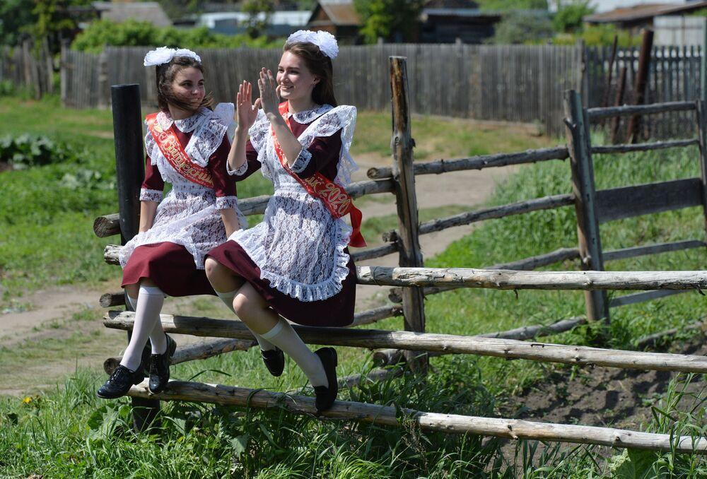خريجات الثانوية العامة خلال الاحتفال بـ الجرس الأخير في بلدة مياسكويه في ضواحي تشيليابنسك، روسيا 25 مايو 2020