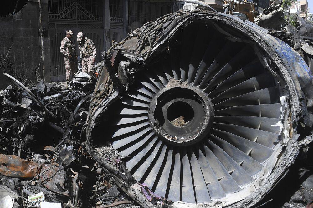 الفريق الأمني يتفقد موقع تحطم طائرة تابعة للخطوط الجوية الباكستانية من طراز إيرباص A - 320 بالقرب من مطار كارتشي، 22 مايو 2020