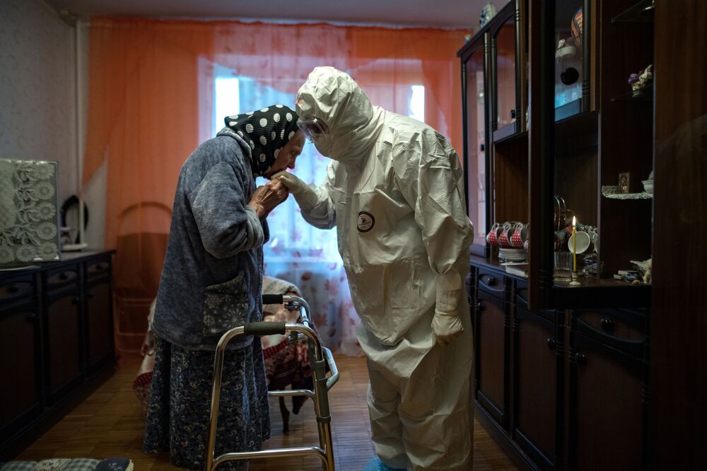 الكاهن يوان كودريافتسيف يزور امرأة مصابة بفيروس كورونا. تم تخصيص مجموعة من الكهنة، بالكنيسة الأرثوذكسية الروسية، لزيارة مرضى كوفيد-19، روسيا 22  مايو/ أيار 2020