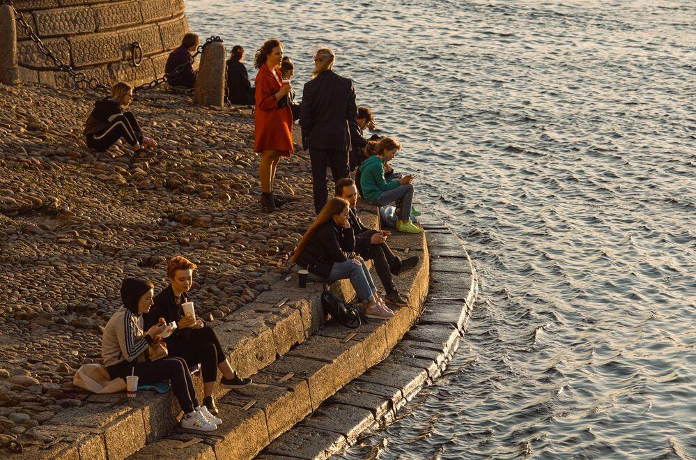 تخفيف قيود الحجر الصحي المفروضة بسبب جائحة كورونا و افتتاح الحدائق و المتنزهات العامة في سان بطرسبورغ، روسيا 24 مايو 2020