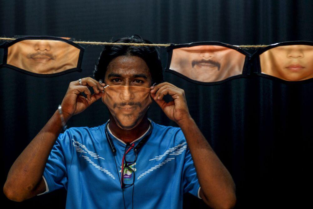 رجل يرتدي كمامة من صنع يديه في تشيناي، في الهند 26 مايو/ أيار 2020