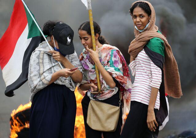 نساء خلال الاحتجاجات في الخرطوم بمناسبة مرور الذكرى الأولى على أحداث السوادن، 23 مايو/ أيار 2020