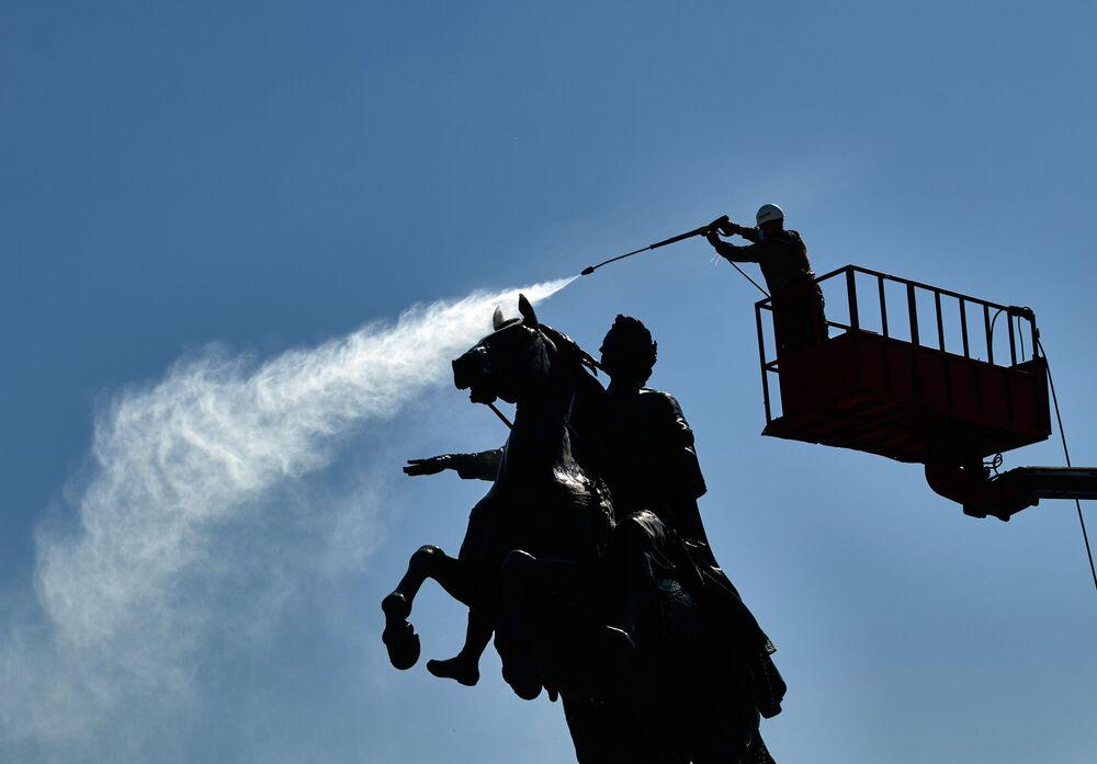 تنظيف تمثال الإمبراطور بطرس الأكبر في مدينة سان بطرسبورغ، روسيا 26 مايو/ أيار 2020