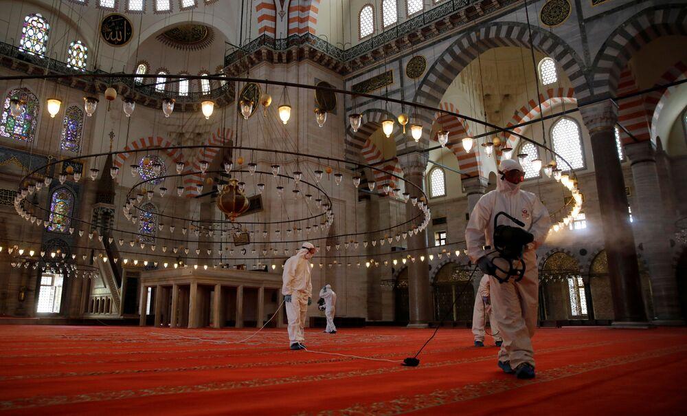 عملية في مسجد السُليمانية في اسطنبول، حيث تبقى المساجد مغلقة أمام المصلين بسبب انتشار كورونا في تركيا 26 مايو 2020