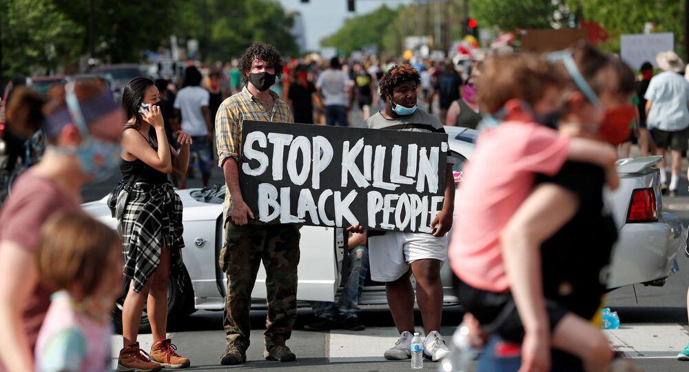 احتجاجات واسعة على مقتل شاب أمريكي (جورج فلويد) تحت ركبة شرطي أمريكي في مدينة منيابولس، ولاية مينيسوتا، الولايات المتحدة 27 مايو 2020