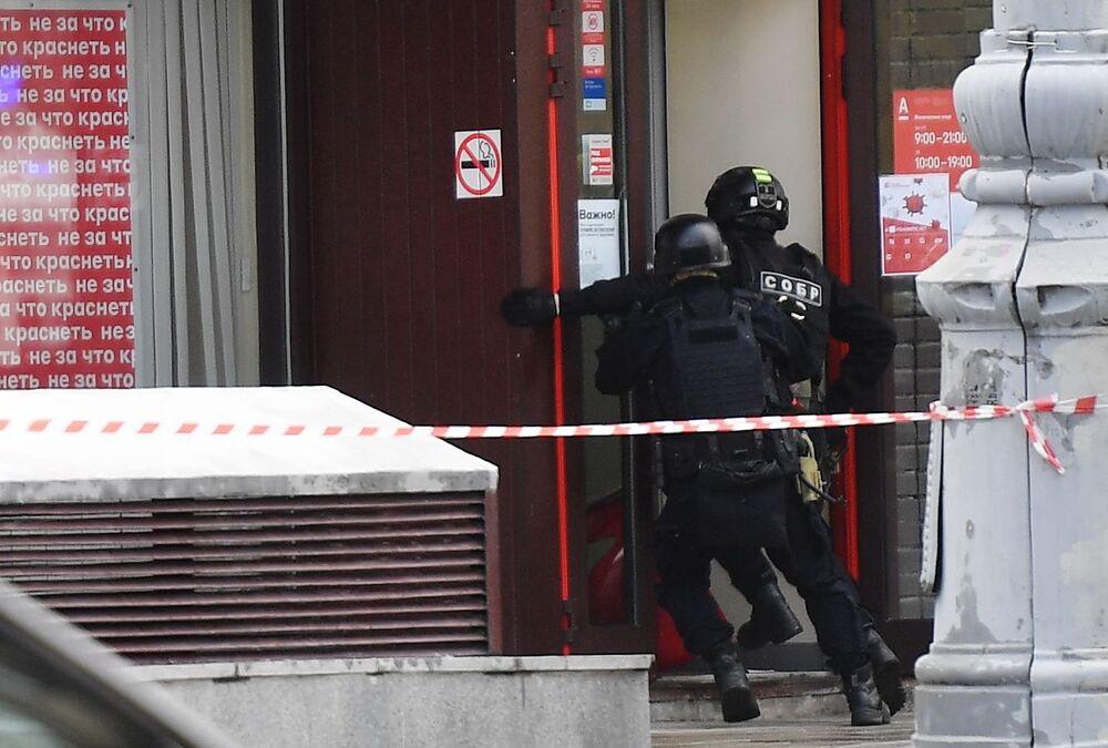 مجهول أقدم على احتجاز رهائن في فروع إحدى بنوك ألفا-بانك وسط العاصمة الروسية موسكو، 23 مايو/ أيار 2020