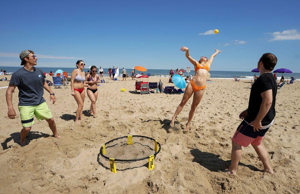 ممارسة كرة الشاطئ في ماريلاند، بعد تخفيف قيود الحجر المنزلي، الولايات المتحدة 23 مايو/ أيار 2020