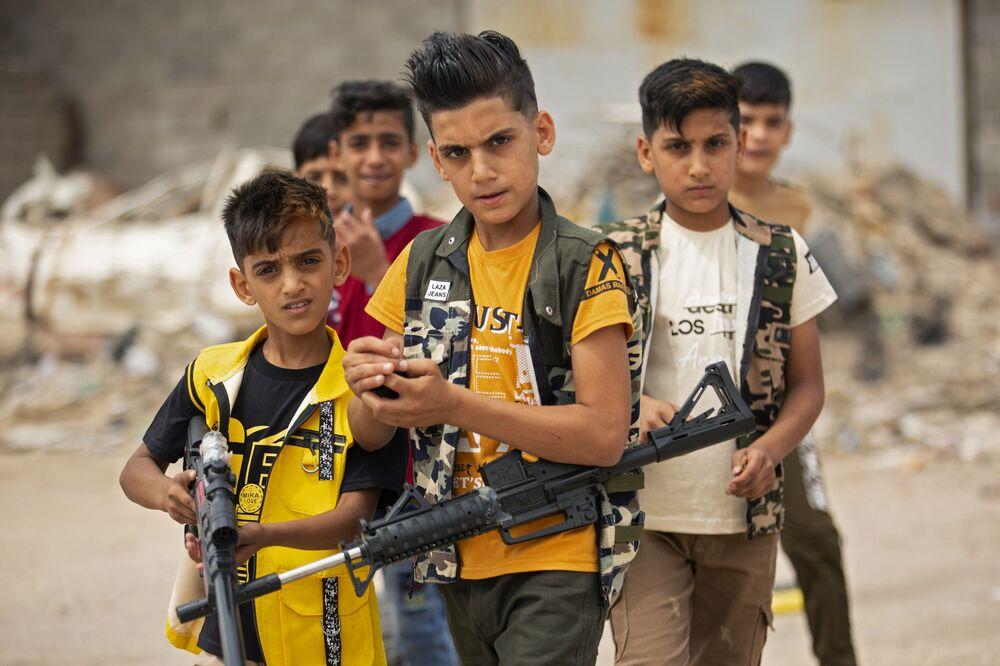 أطفال يلعبون بالمسدسات والبنادق االبلاستيكية في يوم عيد الفطر في البصرة، العراق 25 مايو/ أيار 2020